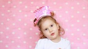 Compleanno Il bambino della ragazza del bambino sorride, si diverte e canta le congratulazioni di una canzone stock footage