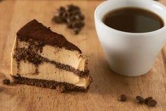 Compleanno o torta nunziale con caffè Immagine Stock Libera da Diritti