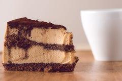 Compleanno o torta nunziale con la tazza da caffè Fotografie Stock