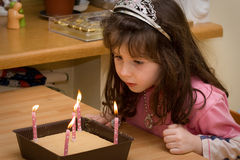 Compleanno - ragazza con gli indicatori luminosi della candela Fotografia Stock Libera da Diritti