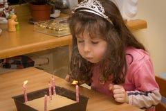 Compleanno - ragazza con gli indicatori luminosi della candela Fotografie Stock Libere da Diritti