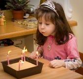 Compleanno - ragazza con gli indicatori luminosi della candela Immagine Stock