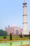 Complejo arquitectónico de Taj Mahal en niebla de la mañana Imagen de archivo libre de regalías