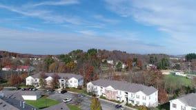 Complejo de apartamentos de establecimiento aéreo de Pennsylvania del tiro del día almacen de metraje de vídeo