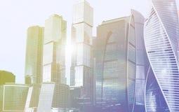 Complejo de la ciudad de Moscú del edificio de oficinas del rascacielos Tecnología del negocio Fondo moderno de la arquitectura d imagen de archivo