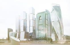 Complejo de la ciudad de Moscú del edificio de oficinas del rascacielos Tecnología del negocio Fondo moderno de la arquitectura d fotos de archivo libres de regalías