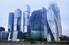 Complejo de la ciudad de Moscú del edificio de oficinas del rascacielos Tecnología del negocio Fondo moderno de la arquitectura d imagen de archivo libre de regalías