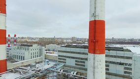 Complejo de la estación del calor con las chimeneas contra el cielo almacen de video