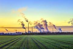 Complejo de la industria en Francfort en madrugada con los campos verdes fotografía de archivo libre de regalías