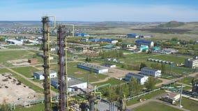 Complejo de la producción del petróleo de las estructuras de las chimeneas almacen de video
