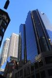 Complejo de oficinas azul de la fachada del espejo Foto de archivo