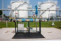 Complejo de reaprovisionamiento de combustible en el aeropuerto Fotografía de archivo libre de regalías