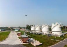 Complejo de reaprovisionamiento de combustible en el aeropuerto Imagenes de archivo