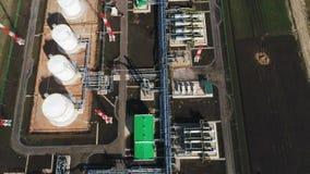 Complejo de refinería con la opinión verde de la parte superior de los edificios del tejado almacen de metraje de vídeo
