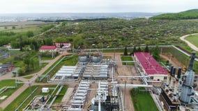 Complejo de refinería del gas con las torres y el panorama de los tanques almacen de video