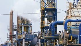 Complejo de refinería moderno con las torres y humo contra el cielo almacen de metraje de vídeo