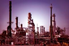 Complejo de refinería que brilla intensamente Foto de archivo libre de regalías