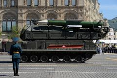 ` Complejo del ` BUK-M2 del misil antiaéreo durante el desfile militar en cuadrado rojo en honor de Victory Day Imagenes de archivo
