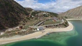 Complejo del hotel en la orilla del lago Kezenoy  República chechena Rusia almacen de video