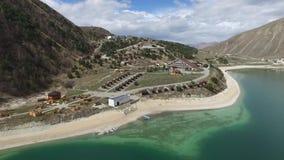 Complejo del hotel en la orilla del lago Kezenoy  República chechena Rusia almacen de metraje de vídeo