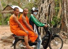 Complejo del templo de Angkor de la visita de los monjes budistas. Imagenes de archivo