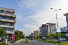 Complejo europeo contemporáneo de edificios residenciales con los nuevos edificios modernos del bloque, el espacio verde y el Dem fotos de archivo libres de regalías