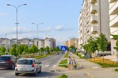 Complejo europeo contemporáneo de edificios residenciales con los nuevos edificios modernos del bloque, el espacio verde y el Dem fotografía de archivo