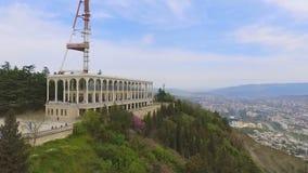 Complejo funicular del restaurante, atracción famosa en Tbilisi Georgia, visión aérea almacen de video