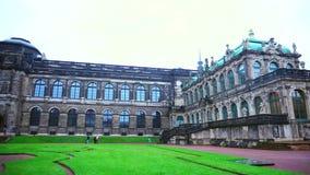 Complejo histórico arquitectónico enorme y hermoso con el césped verde y fuentes en área de aire abierto grande en Dresden almacen de video
