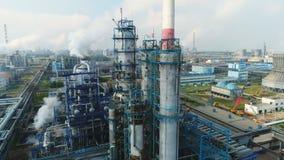Complejo industrial grande de la refinería del gas y de petróleo de la visión aérea metrajes