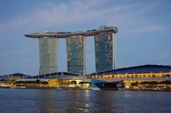 Complejo lujoso de Marina Bay Sands en la puesta del sol Foto de archivo libre de regalías
