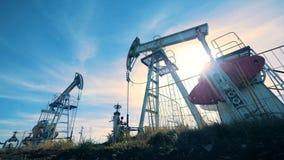 Complejo masivo de la extracción de aceite durante trabajo Industria de petróleo, industria petrolera, concepto del sector petrol almacen de video