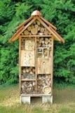Complejo nativo de la casa de Mason Bee Nesting Box Tree Fotos de archivo libres de regalías