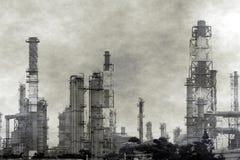 Complejo petroquímico grande con niebla con humo Imagen de archivo