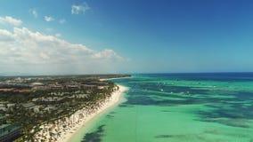 Complejo playero tropical del Caribe con las palmeras y la arena blanca Recorrido y vacaciones Punta Cana almacen de metraje de vídeo