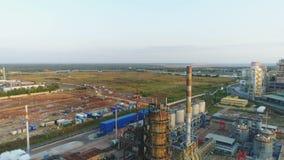 Complejo potente grande de la refinería del gas y de petróleo de la visión panorámica metrajes