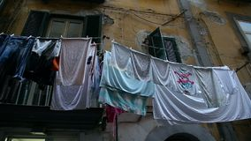 Complejo residencial dilapidado con las pilas de sequedad lavada del lavadero en balcones metrajes