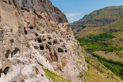 Complejo y River Valley, Lesser Caucasus, Georgia del monasterio de la cueva de Vardzia fotos de archivo