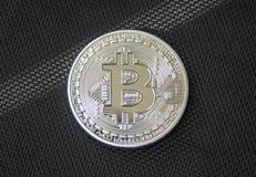 Complemento del bitcoin del metallo sul fondo nero della fibra immagini stock