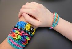 Complementos de las chicas jóvenes: pulseras de la banda del telar Imágenes de archivo libres de regalías