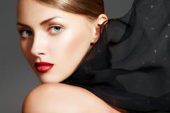 Complementos. Modelo con maquillaje elegante de los labios Fotografía de archivo libre de regalías