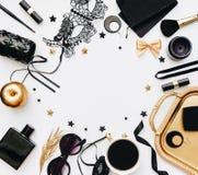 Complementos negros de la mujer, decoraciones del oro y máscara negra del cordón Fotos de archivo