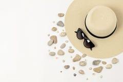 Complementos - sombrero, gafas de sol y pulseras Concentrado marino Imagenes de archivo