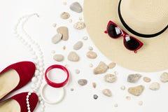 Complementos - sombrero, gafas de sol y pulseras Concentrado marino Fotografía de archivo