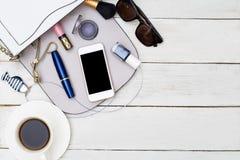 Complementos y maquillaje en fondo de madera Endecha plana Imágenes de archivo libres de regalías