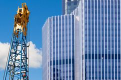 Complessi di uffici moderni con la gru Fotografia Stock Libera da Diritti