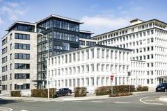 Complessi di uffici moderni su un'intersezione della città Immagini Stock Libere da Diritti