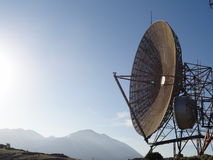 Complesso dell'antenna alle montagne immagine stock