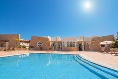 Complesso dell'hotel con una piscina Immagini Stock