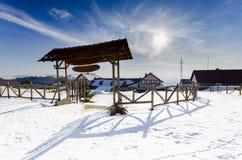 Complesso di inverno della montagna con la porta di entrata di legno Immagini Stock Libere da Diritti
